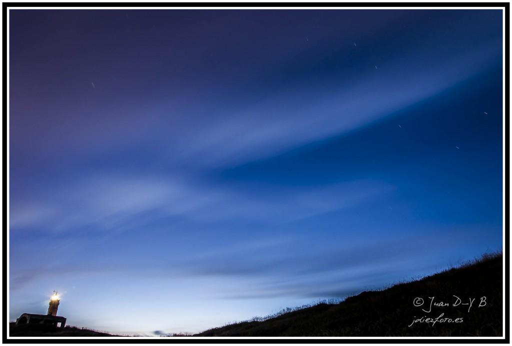 fotografia de las estrellas en faro de cabo mayor