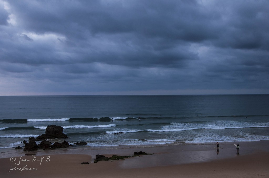 playa de valdearenas, surfistas