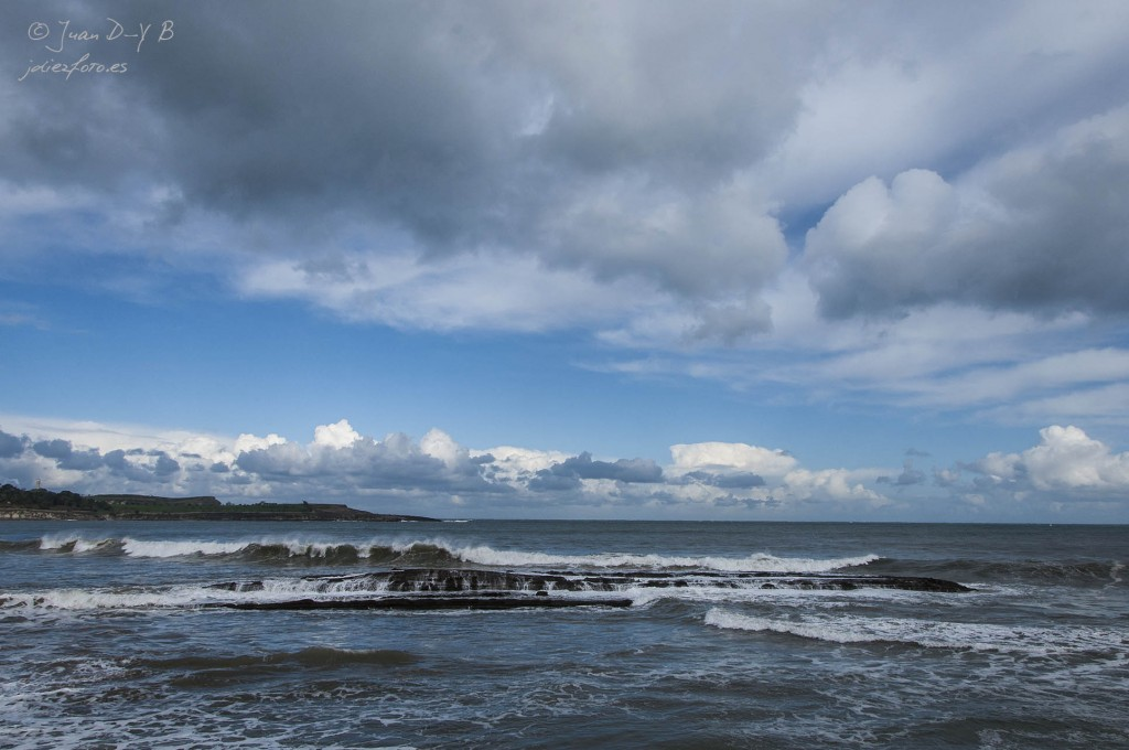 Rompiendo las olas en la Playa del Sardinero
