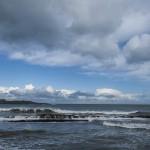 Rompen las olas en las rocas de la Playa del Sardinero