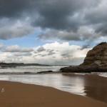 Las olas dejan su estela en la Playa del Camello
