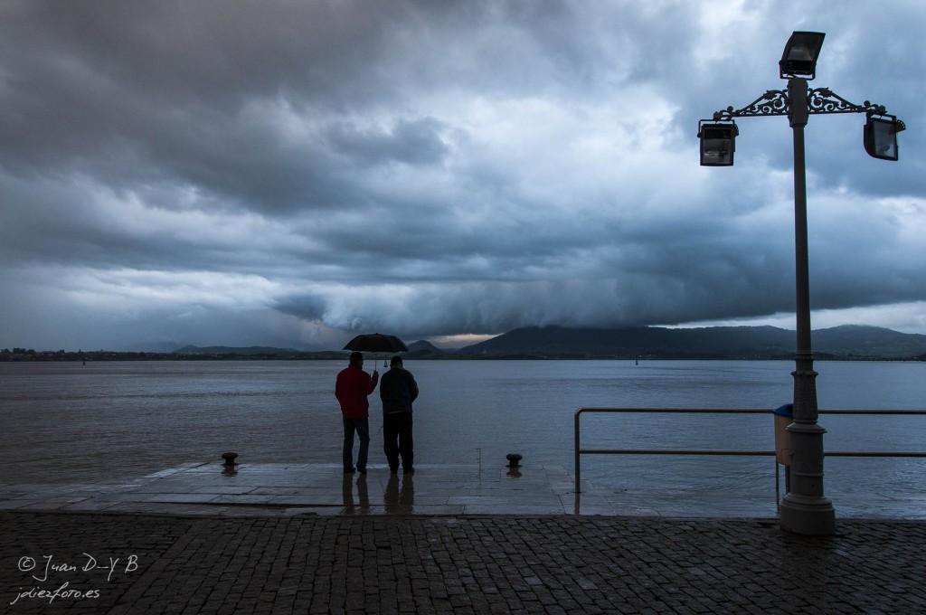 Mirando hacia la Bahía de Santander paraguas en mano