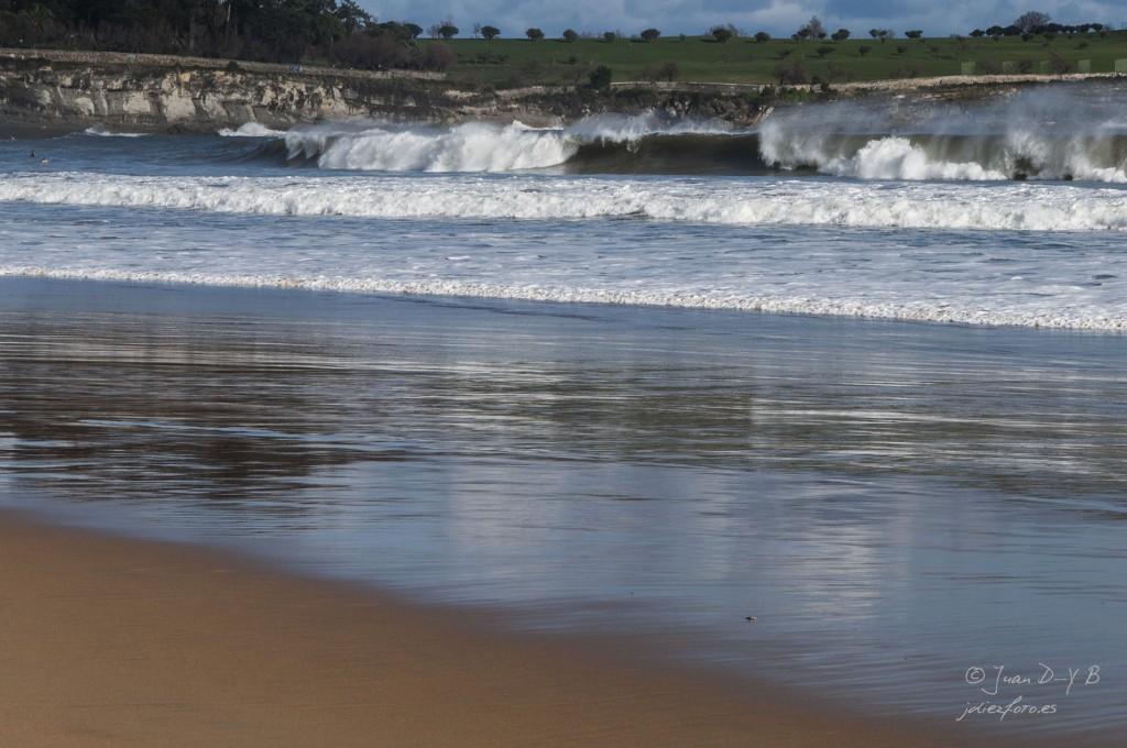 Rompen las olas en la Playa del Sardinero