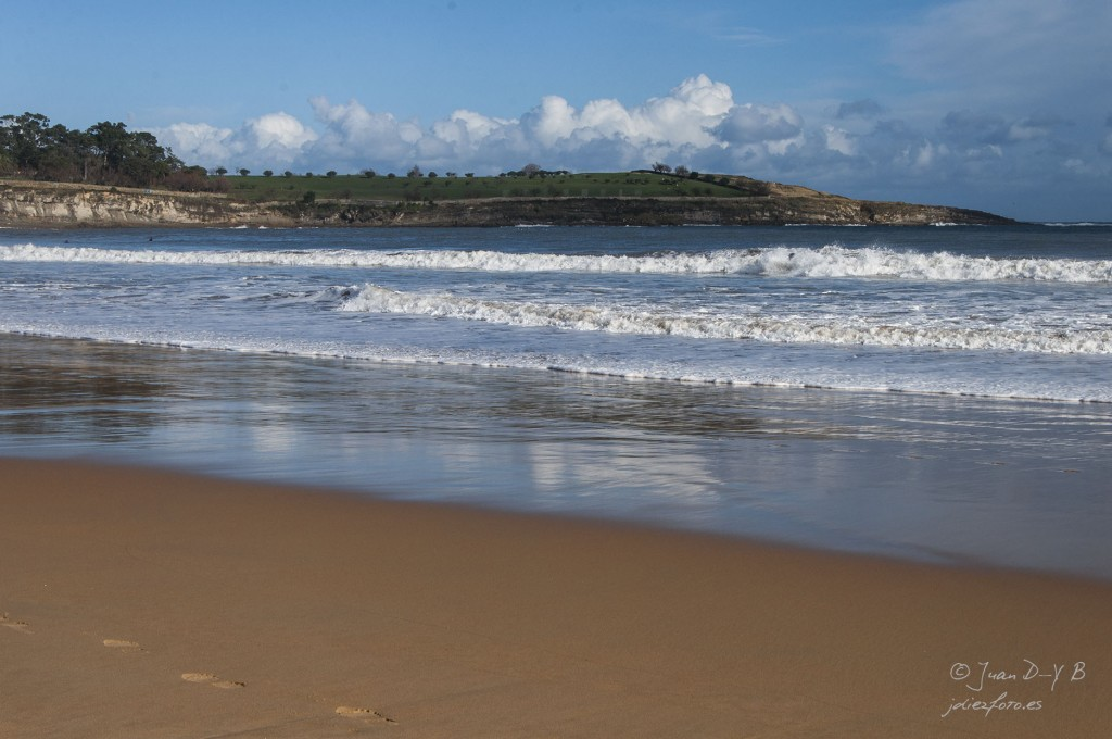 Playa del Sardinero y reflejos de la costa de mataleñas