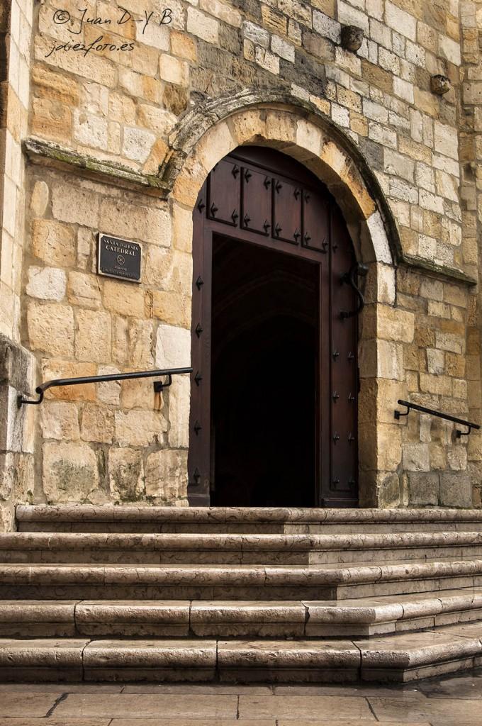 Puerta de entrada al Claustro de la Catedral de Santander