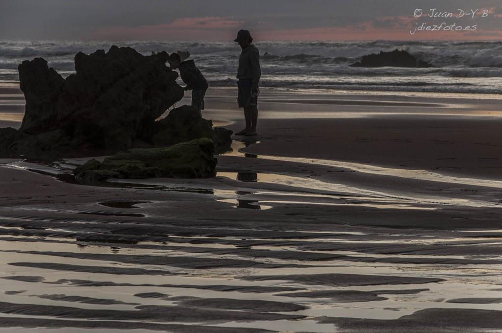 Buscando en las rocas. Hora Azul en la Playa de Valdearenas