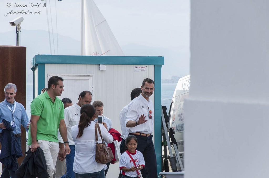 El Rey Don Felipe antes de embarcar en el yate Mahón. Mundial de Vela 2014