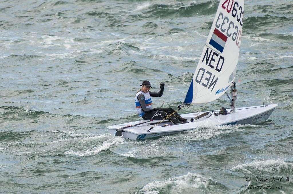 Holandesa Marit Bouwmeester medalla de oro en la clase Laser Radial
