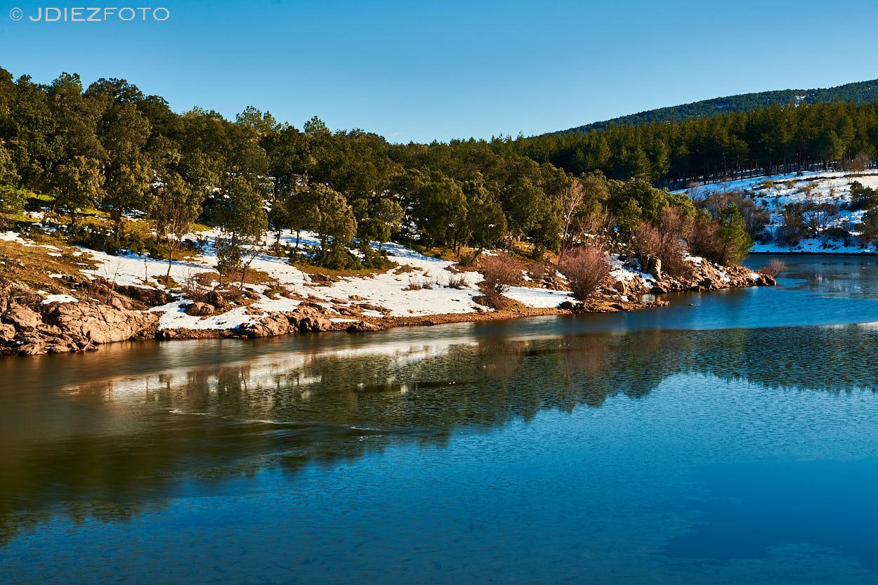 Río Lozoya nevado después de la Borrasca Filomena