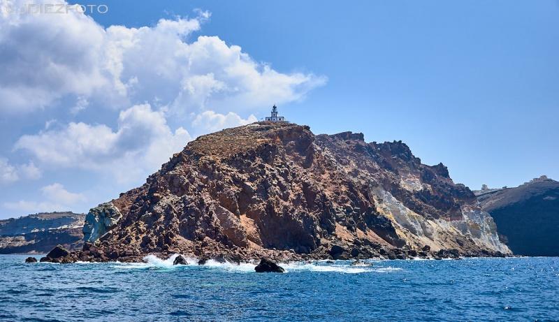 Faro de Akrotiri desde la Caldera de Santorini