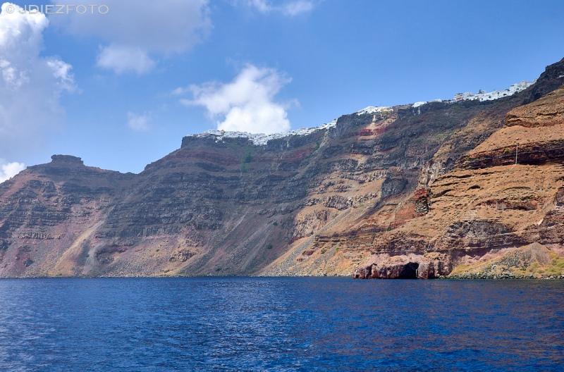 Acantilados de Santorini desde la caldera