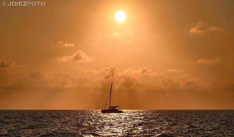 Velero en la puesta de sol en Santorini