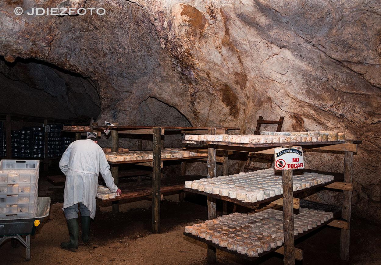 Interior de la Cueva de la Sotorraña. Bejes