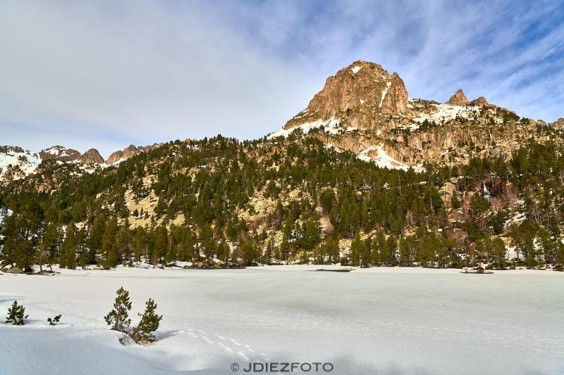 Lago de Ratera helado. Parque Nacional de Aigüestortes