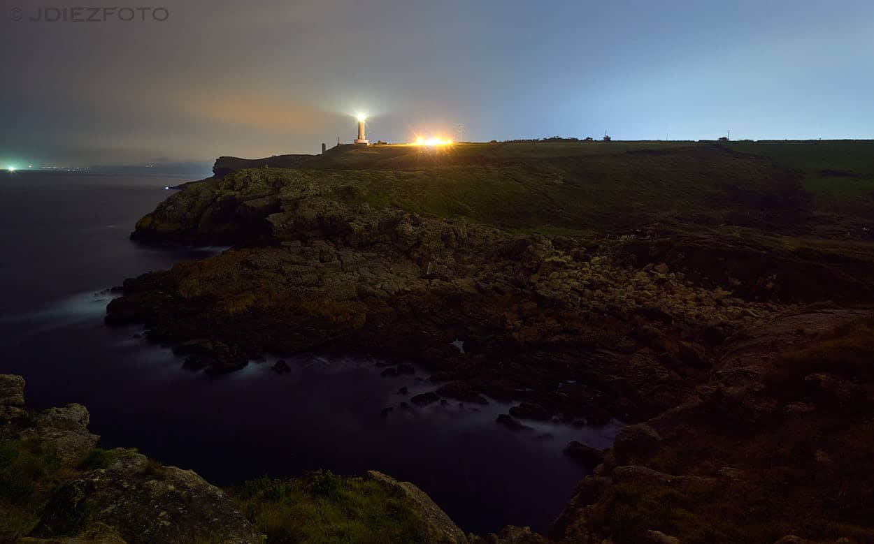 Faro de Cabo Mayor desde la costa de Cueto al caer la noche