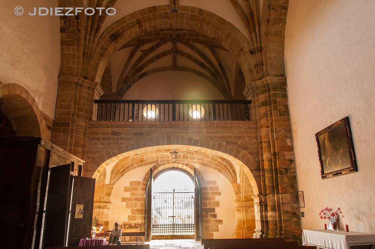 Vista desde el altar hacia la puerta de la Fachada Oeste