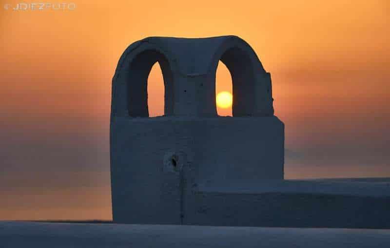Puesta de sol entre las chimeneas de Imerovigli