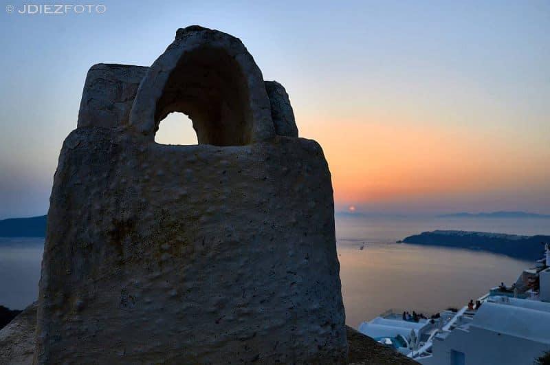 Puesta de sol por las chimeneas de Santorini