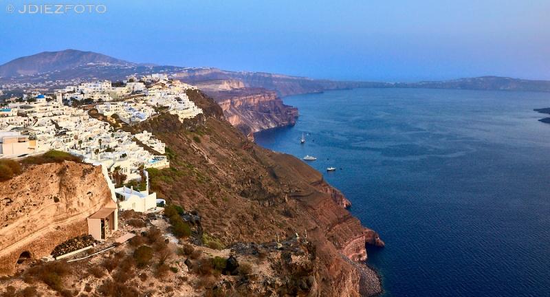 Hora dorada en los acantilados de Santorini. Fira