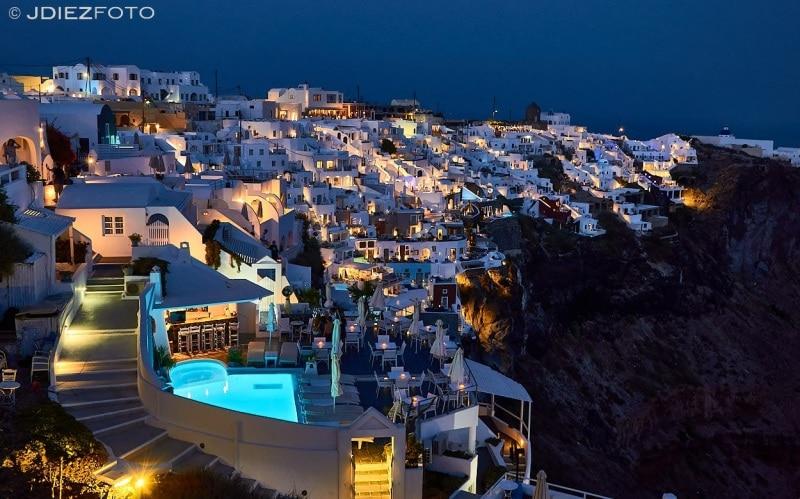 Imerovigli al caer la noche en Santorini