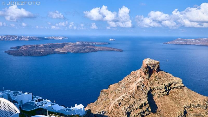 Roca Skaros y las islas Kameni en la caldera de Santorini desde Imerovigli