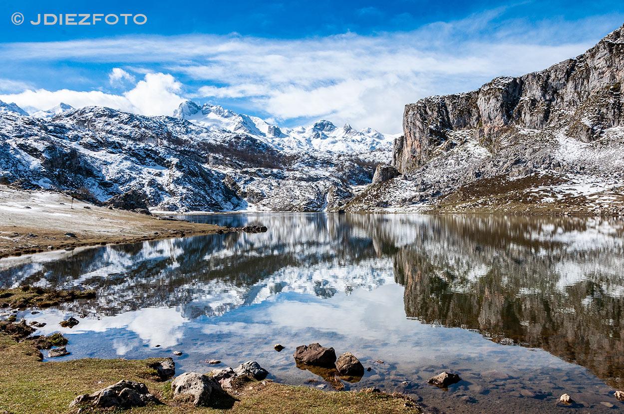 Picos de Europa sobre el espejo del Lago Ercina