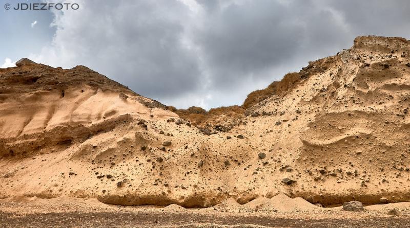 Acantilados de roca volcánica en la playa de Cabo Kolumbo