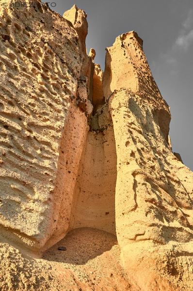 Acantilados de roca volcánica en la Playa de Vlychada
