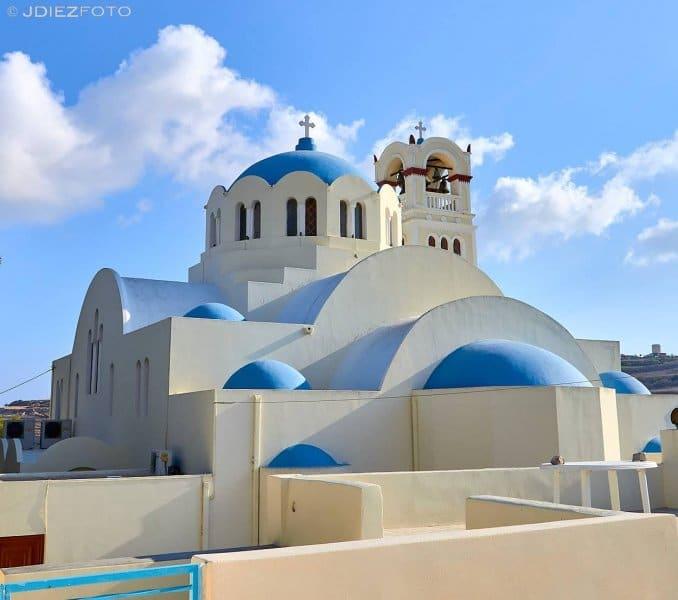 Blue domes de la iglesia ortodoxa de Emporio en Santorini