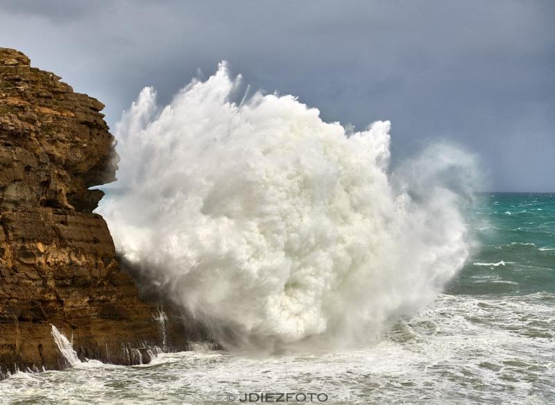 Grandes olas rompiendo en los acantilados de Cabo Mayor