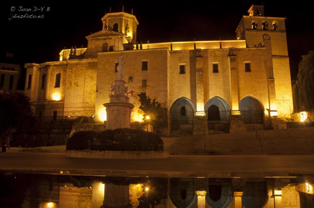 Catedral de Santander iluminada de noche