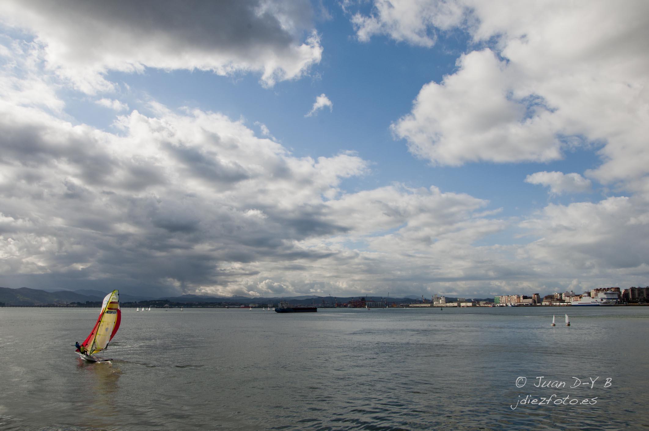 Practicando las regatas en la Bahía de Santander