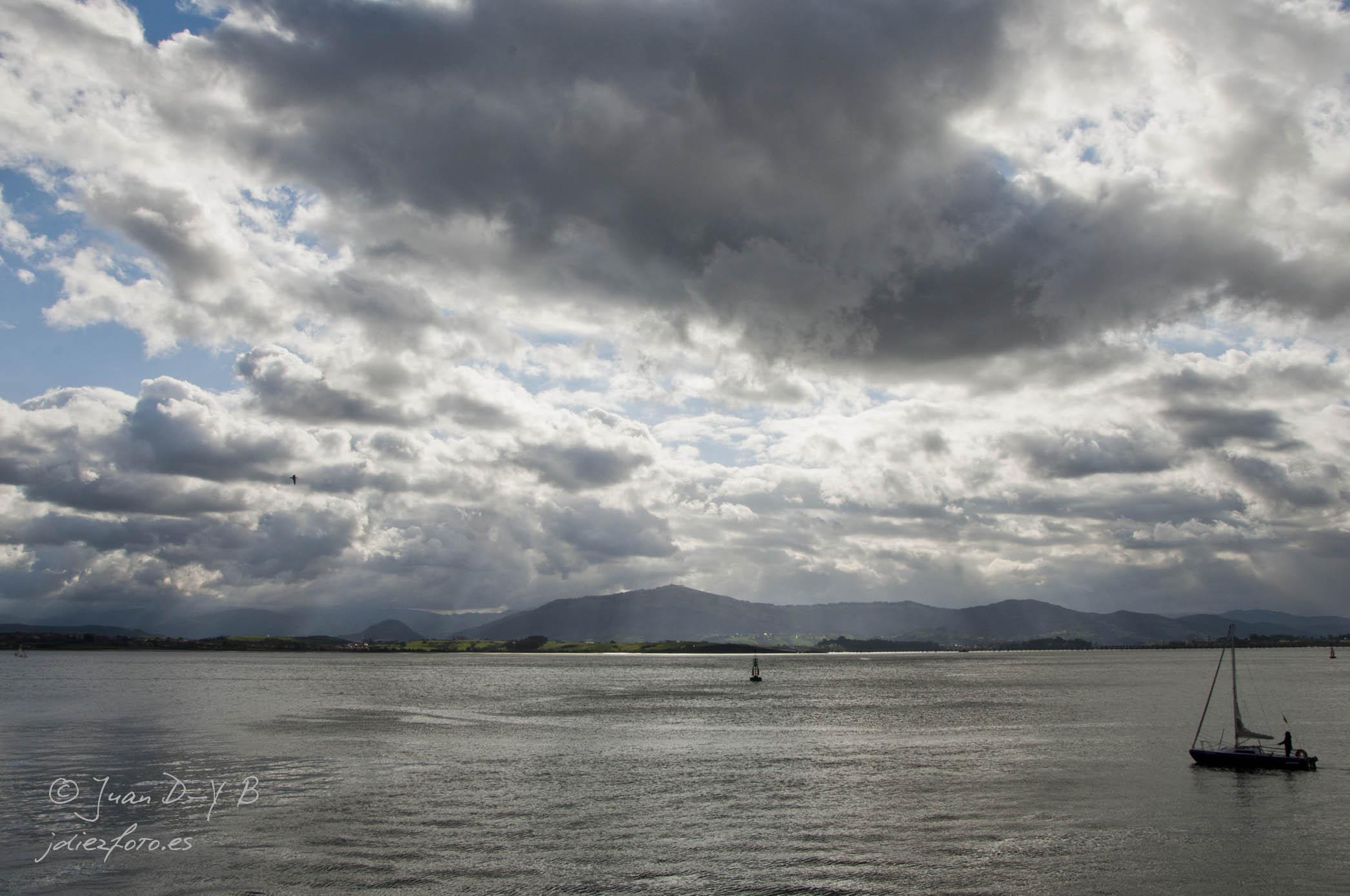 Atraviesan las nubes e iluminan las aguas de la Bahía de Santander