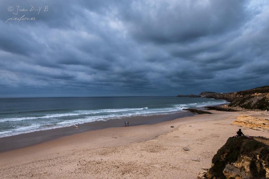 playa de valdearenas cubierta de nubes