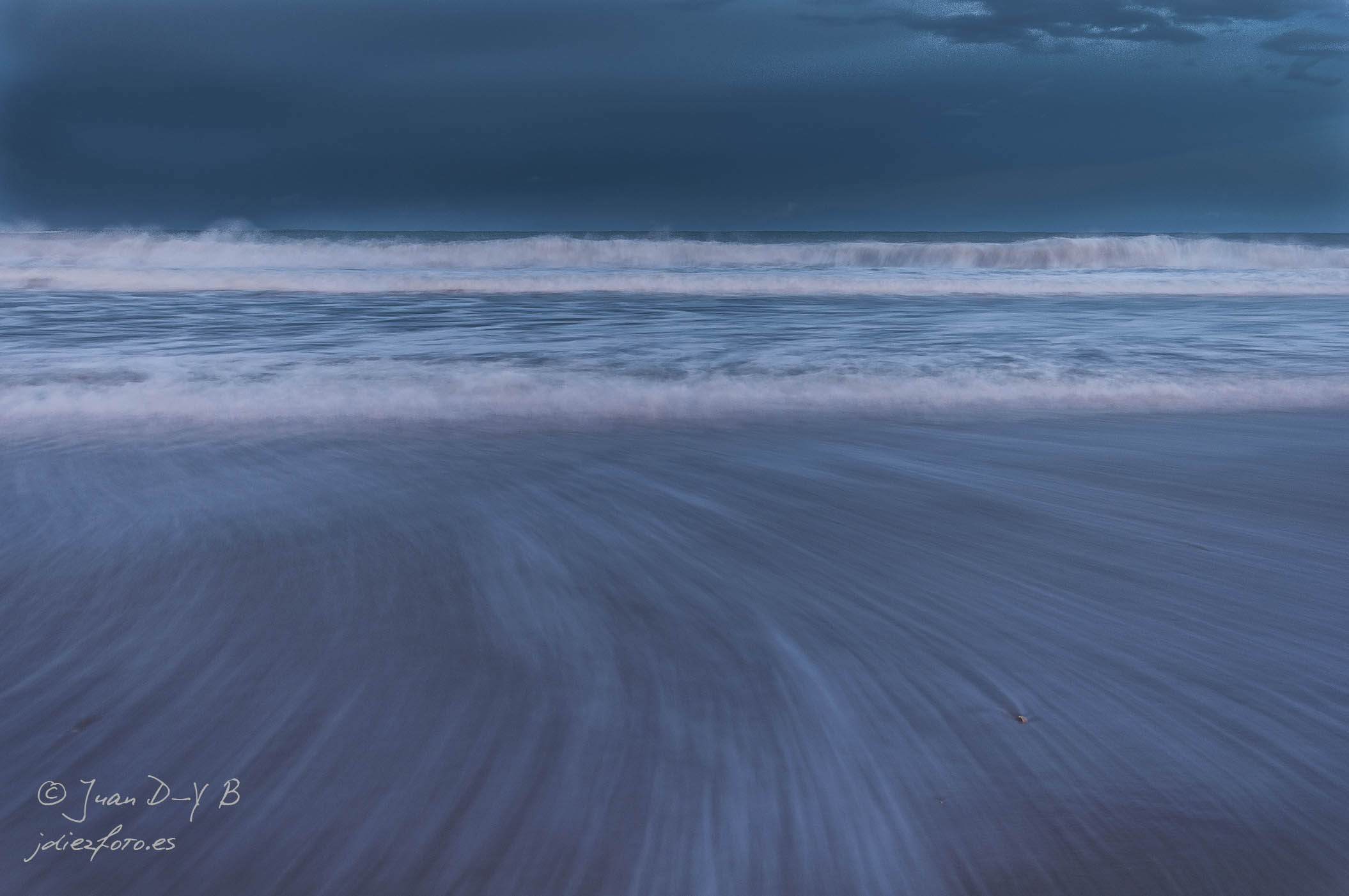 Aprovechando las olas al atarceder en el Sardinero