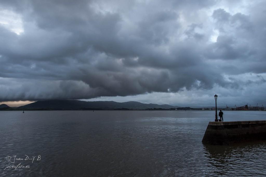 Las nubes cubren la Bahía de Santander