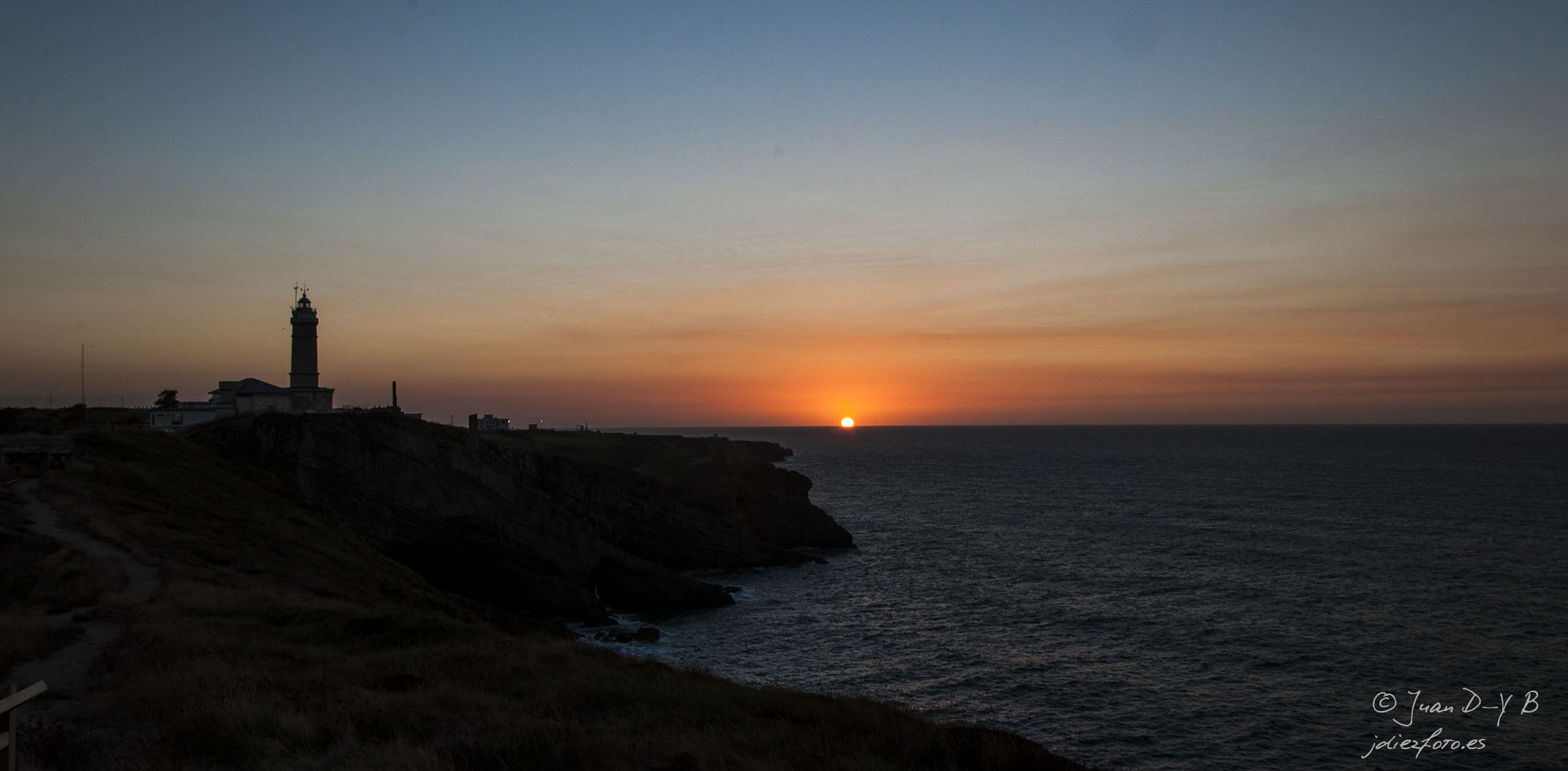 El sol se esconde en el Faro de Cabo Mayor