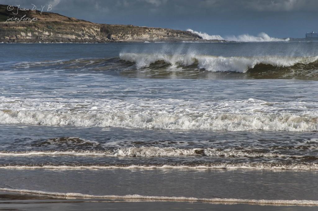 Rompen las olas en la orilla de la Playa del Sardinero