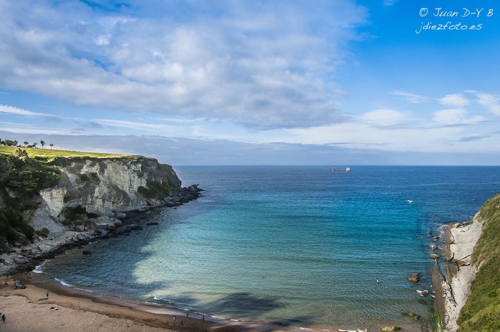 Playa de Mataleñas resguardada entre Cabo Menor y Cabo Mayor