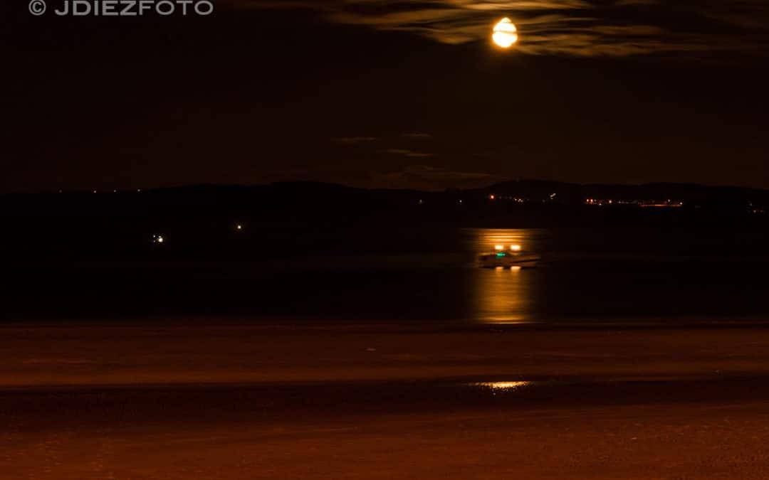 La luna sobre el horizonte en la Playa del Sardinero