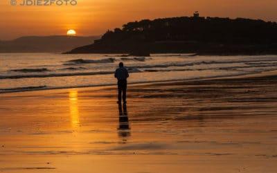 Amanecer sobre la orilla de la Playa del Sardinero
