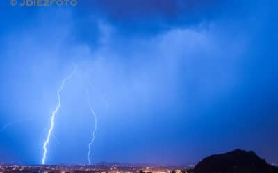Buenos relámpagos de la tormenta otoñal en Santander