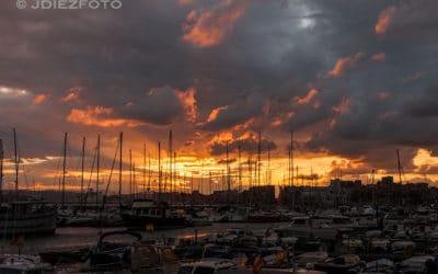 Los barcos de Puerto Chico despiden al sol