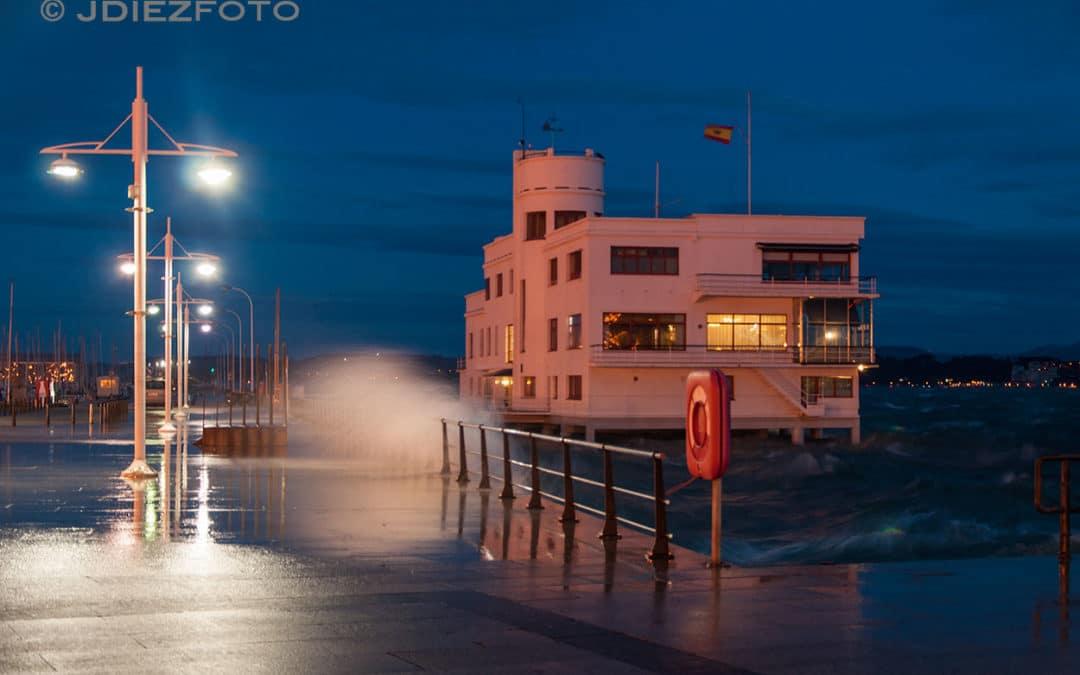 Fuerte oleaje en la Bahía de Santander al anochecer