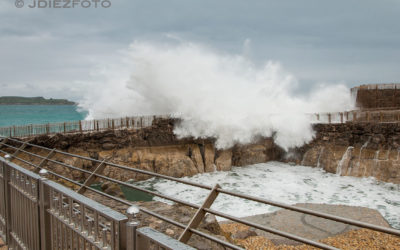 Grandes olas rompiendo sobre la Península de la Magdalena