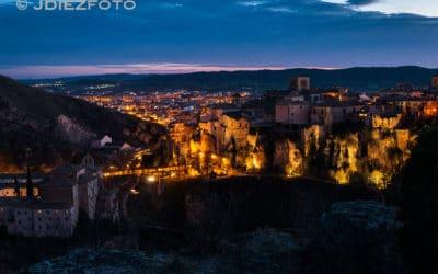 Una vista nocturna de las Casas Colgadas en Cuenca