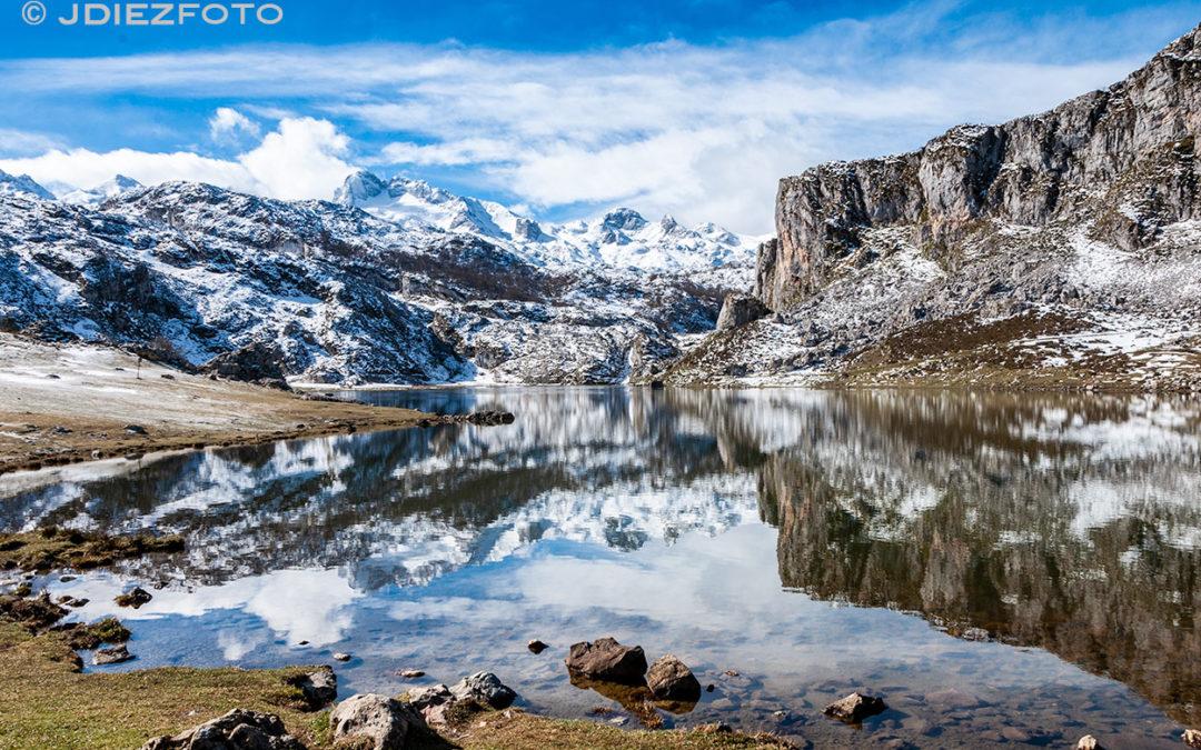 Montañas nevadas sobre el espejo del Lago Ercina