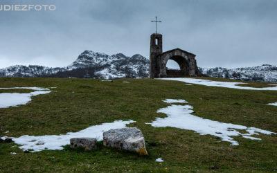 Nieva en la ermita del Lago Enol