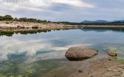 Paseando por los reflejos del Embalse de Valmayor