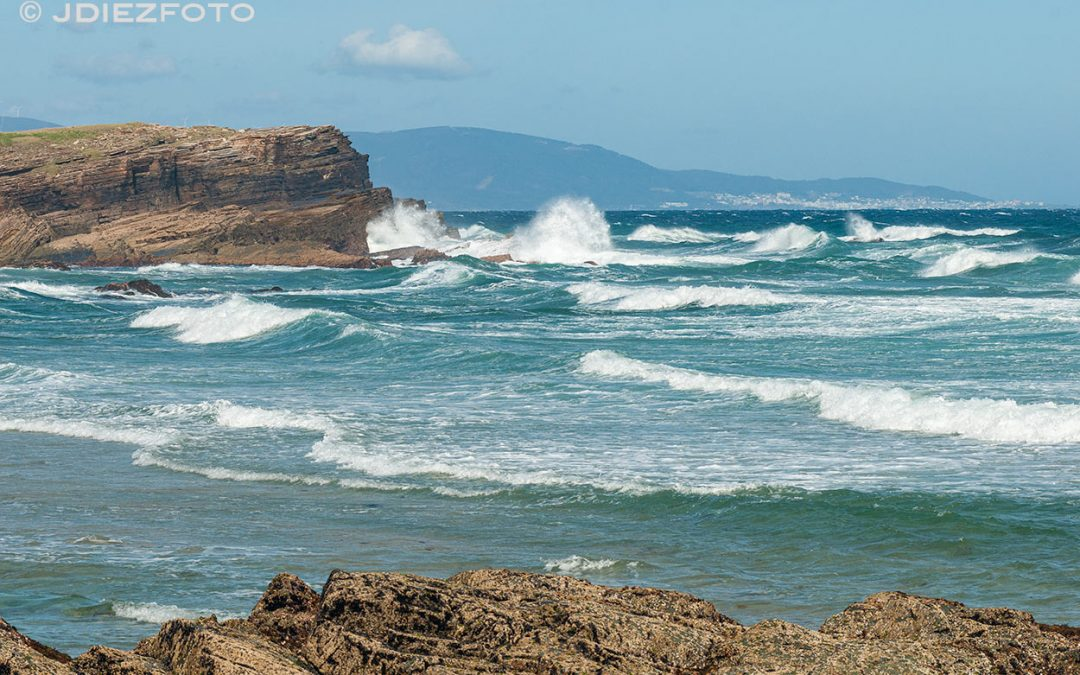 Rompen las olas en Praia Os Castros